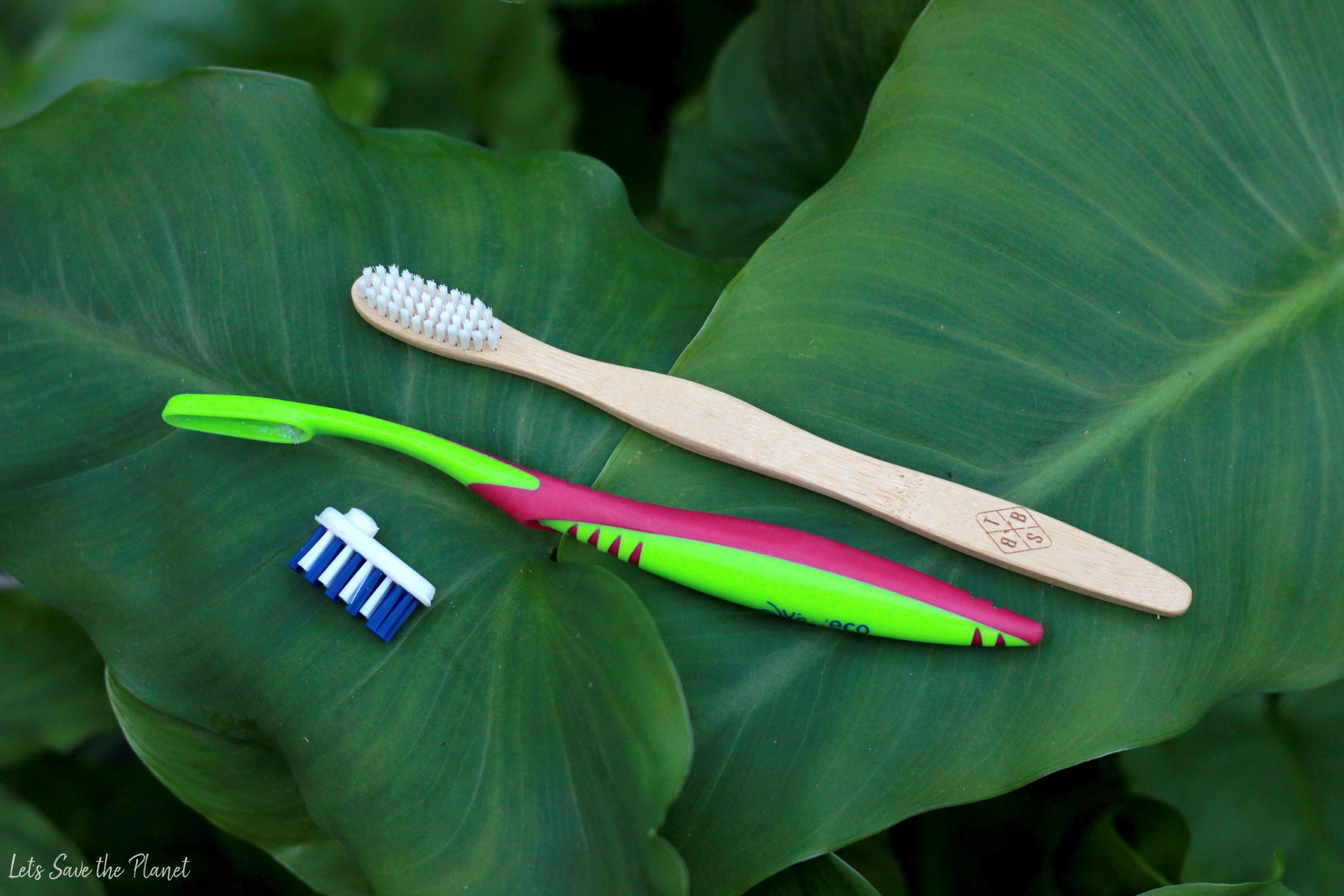 Escova de recargas e escova de bambu em cima de folhas