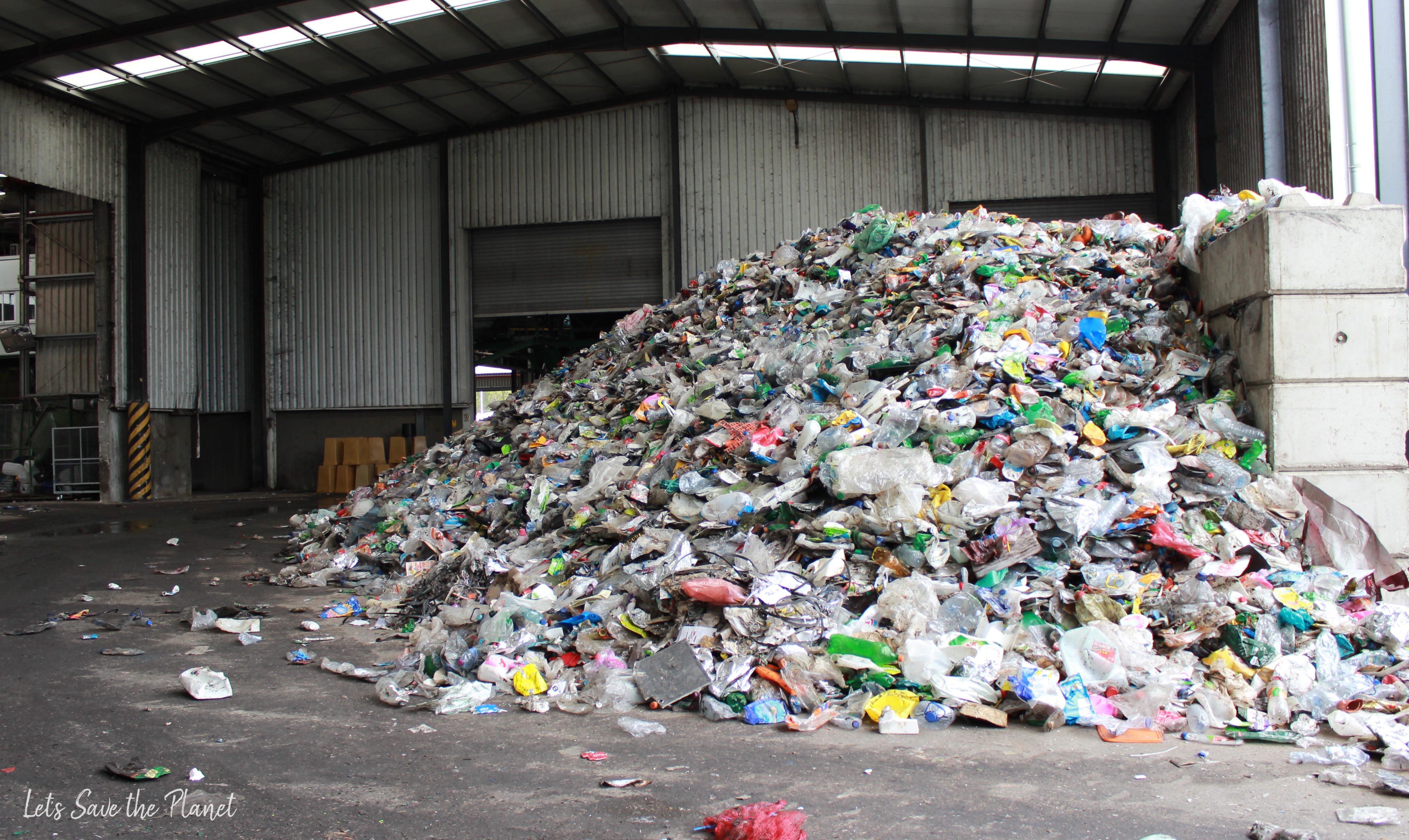 Central de triagem, local onde o plástico é deixado para ser reparado pelo seu tipo.