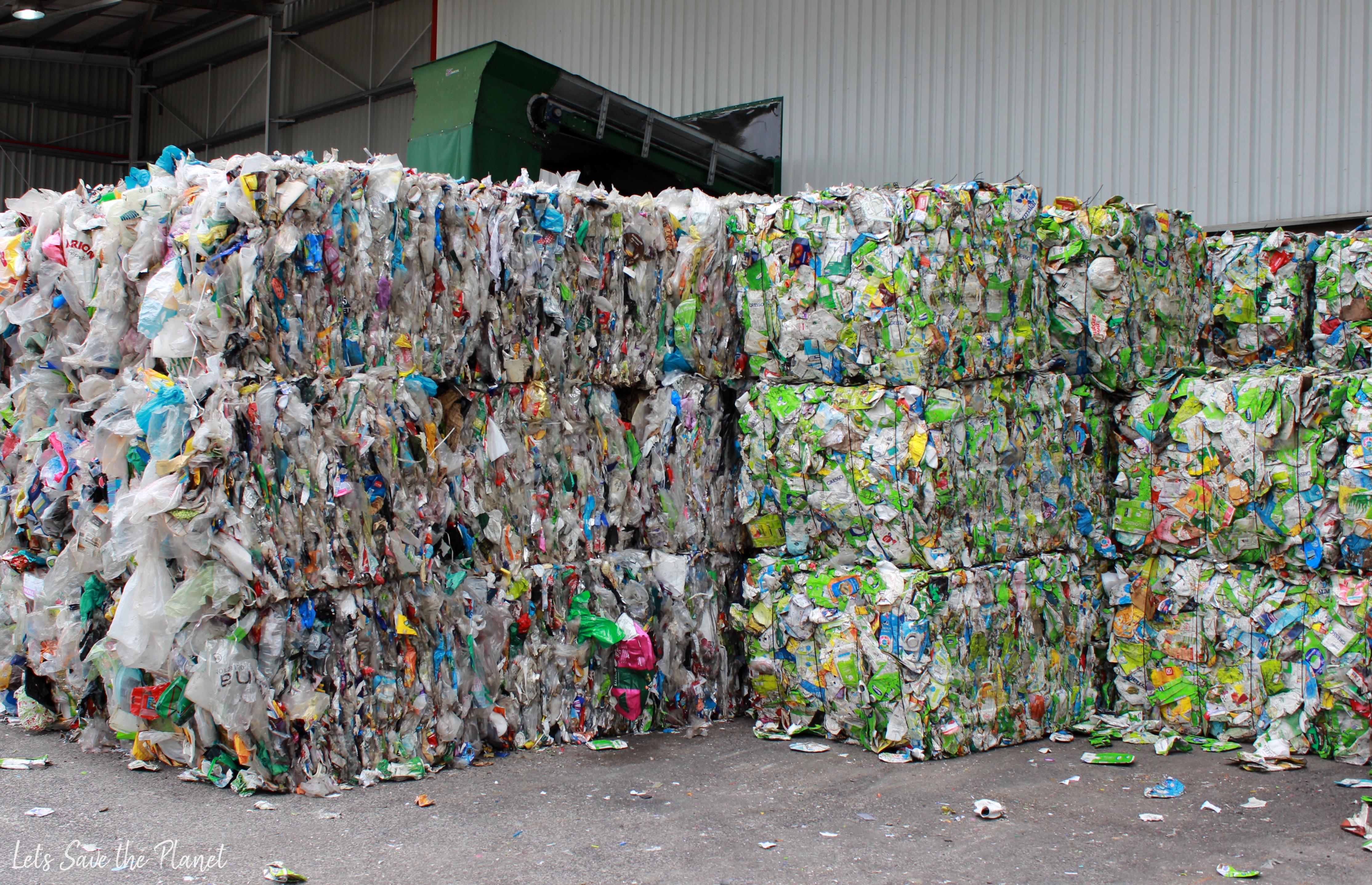 Prensas de pacotes de leite e sumos com prensas de sacos de plástico e outros descartáveis. tudo pronto a ser reciclado