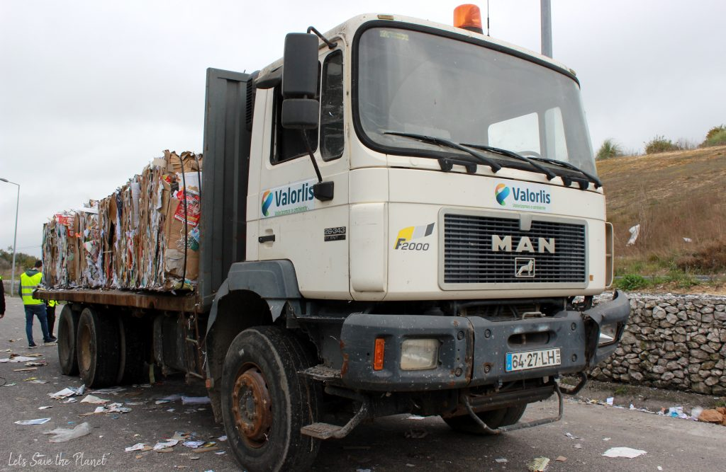 Camião com prensas de papel para reciclagem.