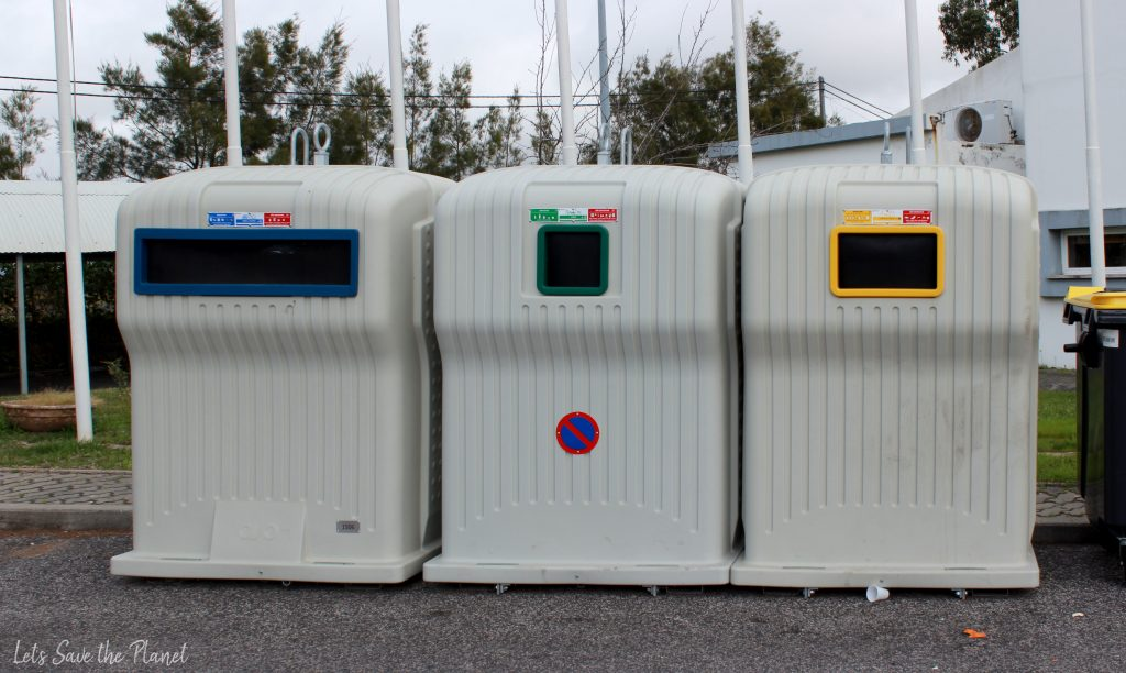 Os 3 ecopontos usados para a recolha da reciclagem. O azul, verde e amarelo.