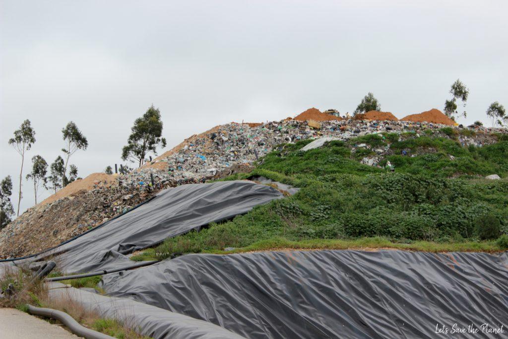 Um aterro já bem cheio de lixo, quase pronto a ser coberto