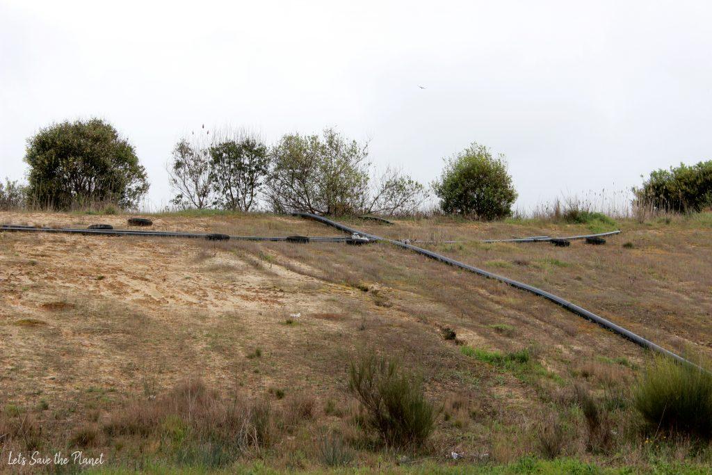 um aterro já encerrado, no qual se vê os tubos que recolhem o biogás